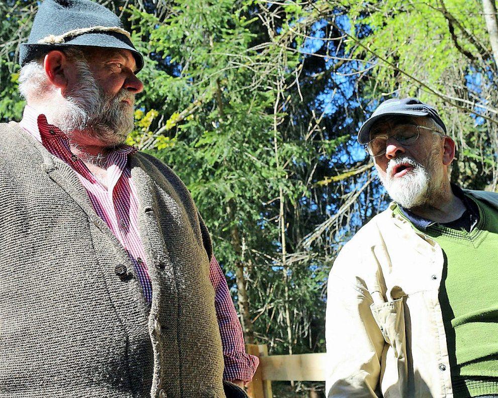 Almmeister Edi Hundertpfund, aus Biberwier (rechts) im Gespräch mit Marienbergalmhirt Herbert Schuchter. (Foto: Knut Kuckel)
