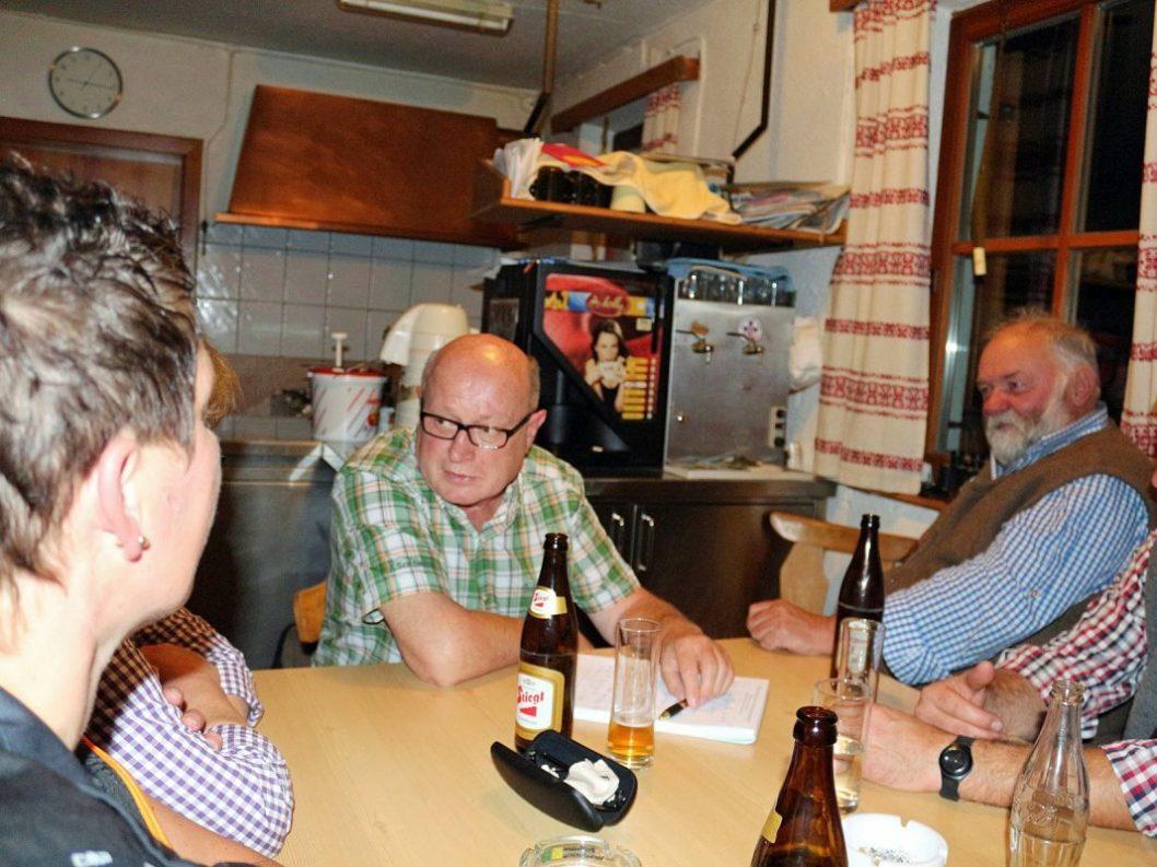 Gespräch auf der Marienbergalm mit den Schuchters und engen Freunden. (Foto: Beni van Staa)