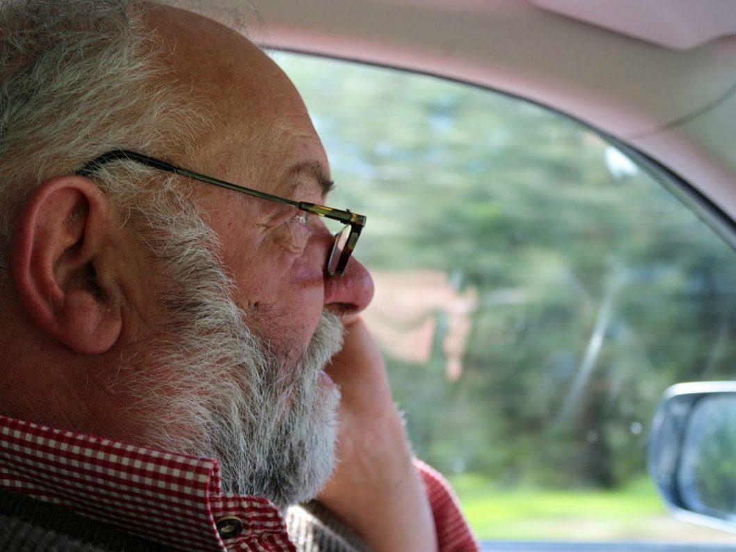 Herbert Schuchter auf dem Weg zur Marienbergalm - Am Telefon Almmeister Benedikt van Staa. (Foto: Knut Kuckel)