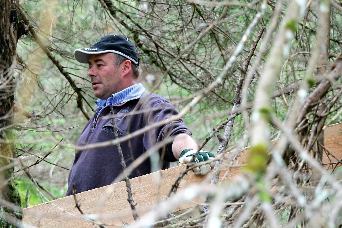 """""""Mander passt auf, hier ist die Arbeit nicht ungefährlich"""", mahnt Almmeister Benedikt van Staa seine Leute. (Foto: Knut Kuckel)"""