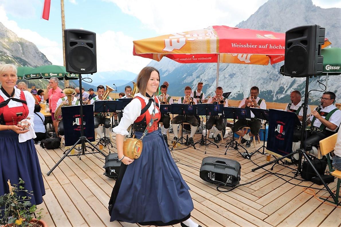Beimanschließenden Almfest begeistertendie Mieminger Musikanten. (Foto: Knut Kuckel)