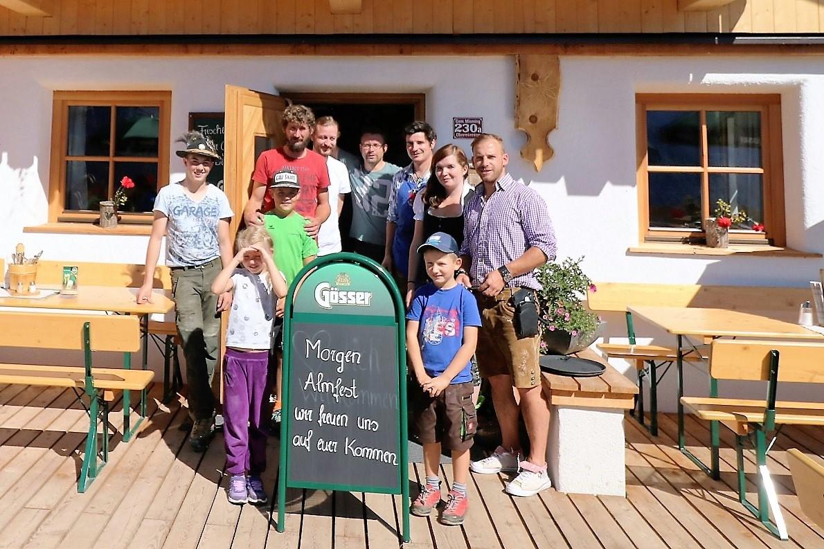 Das Hüttenteam der Hochfeldern Alm. Ein Tag vor dem großen Almfest. (Foto: Knut Kuckel)