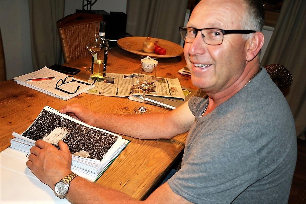 Almmeister Klaus Scharmer lässt mich am Abend ins Protokollbuch der Feldereralpe schaun. (Foto: Knut Kuckel)