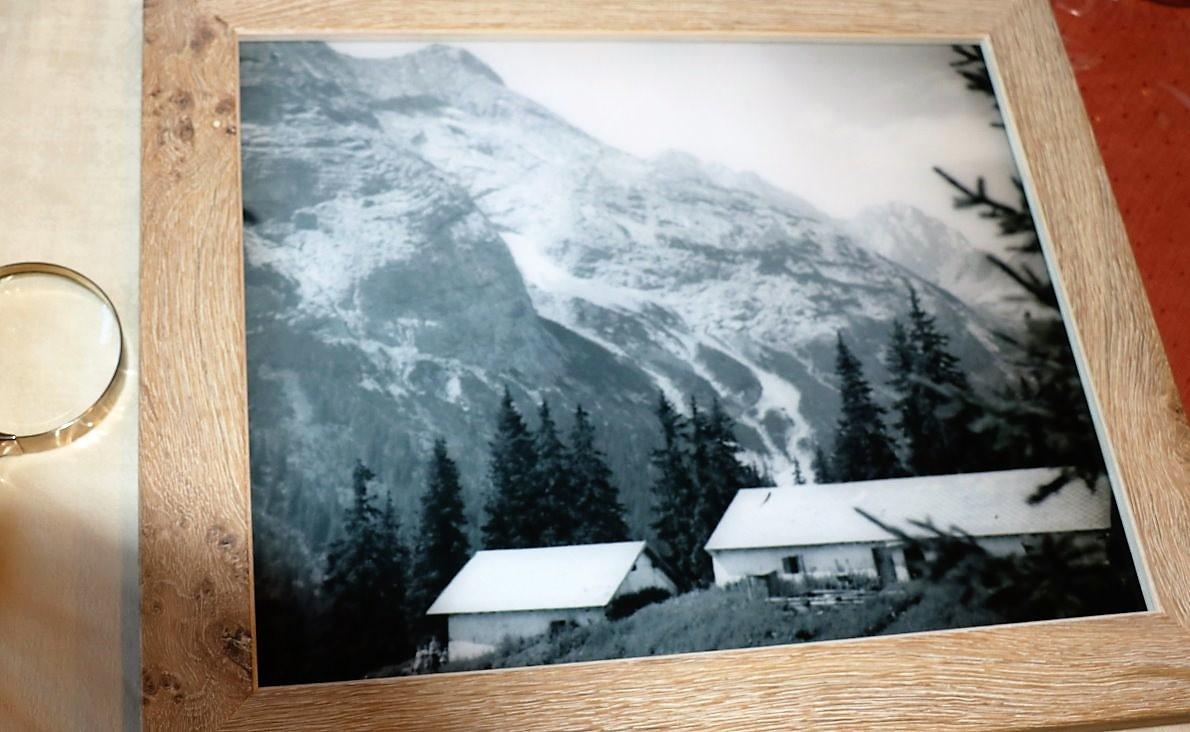 """Anna hat ihr altes Foto von der Feldernalm rahmen lassen: """"Bitte schenkt das Bild den beiden Hirten Martin und Fabio, mit einem herzlichen Gruß von mir und ich bedanke mich auch fürs Aufhängen."""" (Foto: Knut Kuckel)"""
