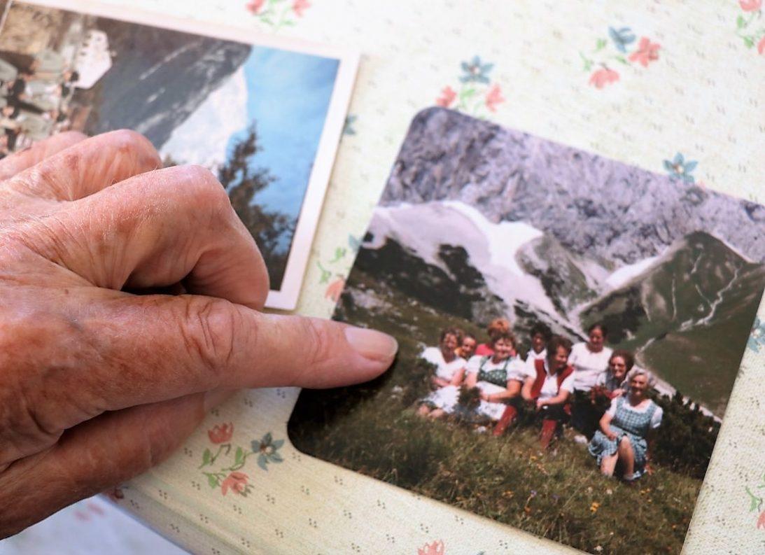 """""""Das war im August 1970. Da haben wir Obermieminger Bäuerinnen einen Ausflug auf unsere Alm gemacht."""" (Foto: Anna Scharmer)"""