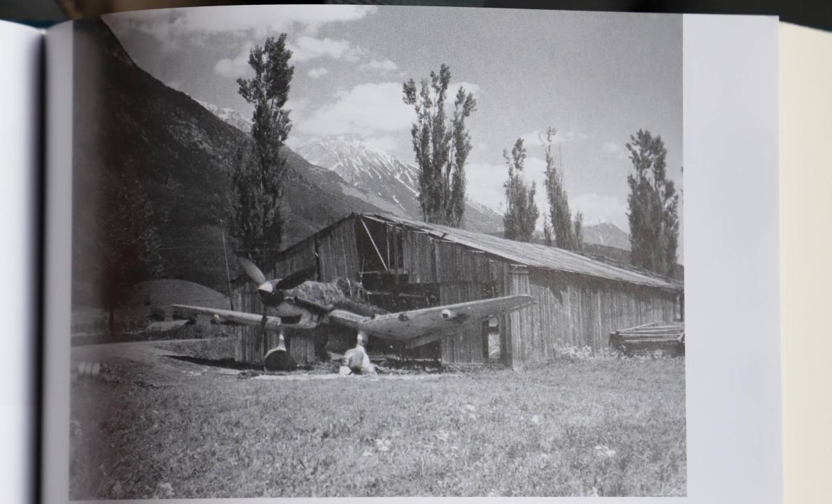 Eine von den Amerikanern am Innsbrucker Flugplatz sichergestellte Ju 87 Stuka. Quelle: Luftkrieg über der Alpenfestung 1943-1945, Thomas Albrich.