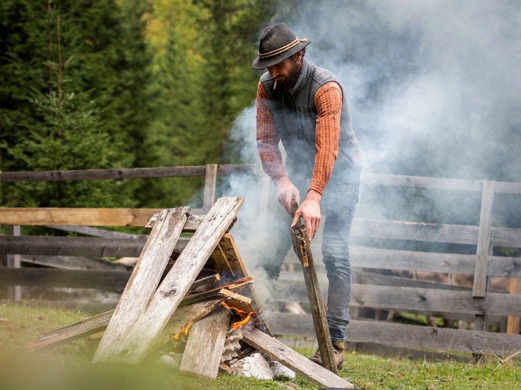 Feldernalmhirt Martin Reich zündet ein Feuer an. (Foto: Elias Kapeller)
