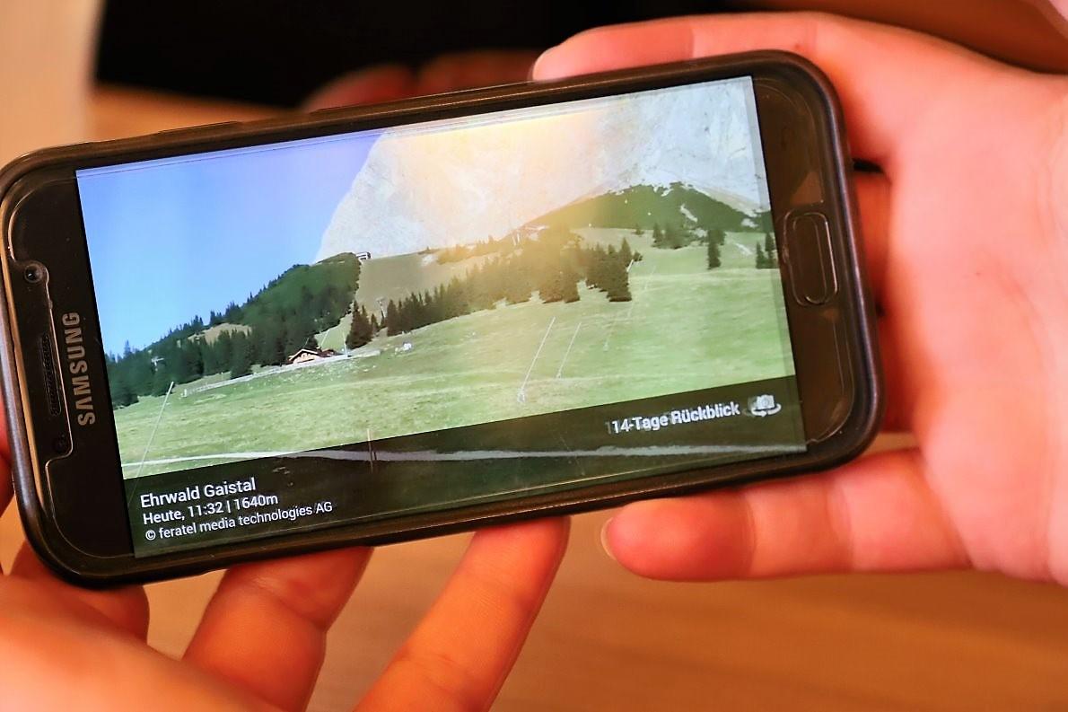 """""""Wir sehen auf unserer Ehrwald-Gaistal-App, wer auf dem Weg zu uns ist"""", erzählt Katl und zeigt uns mit ihrem Smartphone wie das geht. (Foto: Knut Kuckel)"""