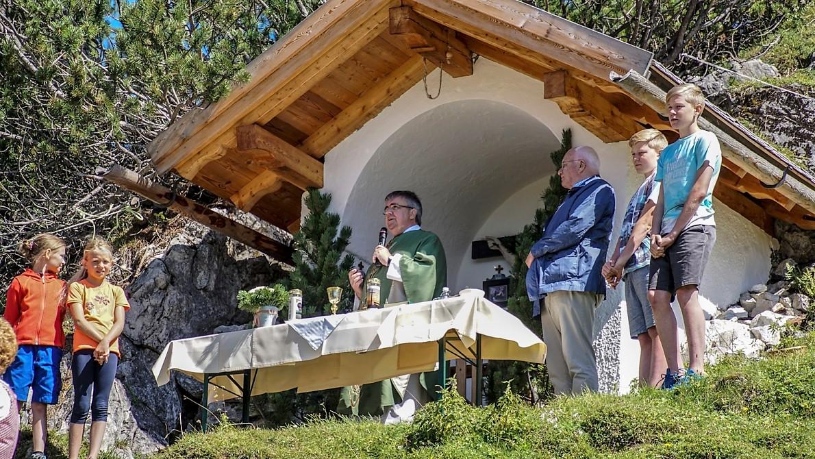 Zwei Ministrantinnen, zwei Ministranten und Alt-Landeshauptmann DDr. Herwig van Staa unterstützen den Würzburger Domkapitular beim Zelebrieren der Bergmesse. (Foto: Andreas Fischer)
