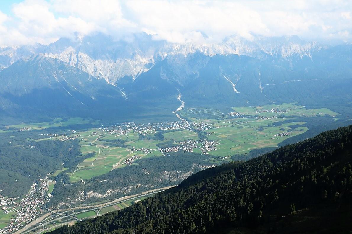 Beim Überflug über die Nordtiroler Alpen liegt unter uns das berühmte Mieminger Plateau.