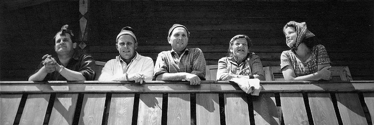 Feldernalm im Gaistal – Seit 1340 Almweide der Obermieminger Bauern. Balkonblick auf erfolgreicher Sanierung im Jahr 1966. Foto: Privat/Familie Larcher